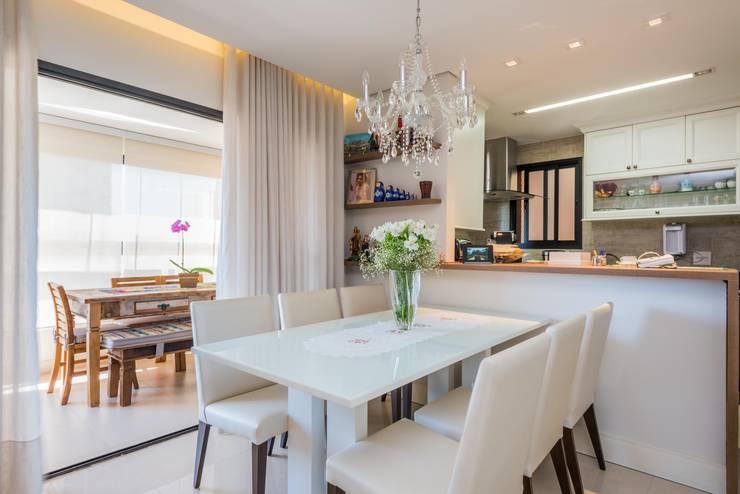 PROJETOS DE INTERIORES RESIDENCIAIS Salas de jantar modernas por okna arquitetura Moderno Madeira Efeito de madeira
