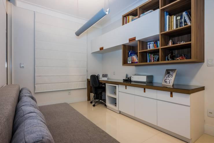 PROJETOS DE INTERIORES RESIDENCIAIS Escritórios modernos por okna arquitetura Moderno Madeira Efeito de madeira