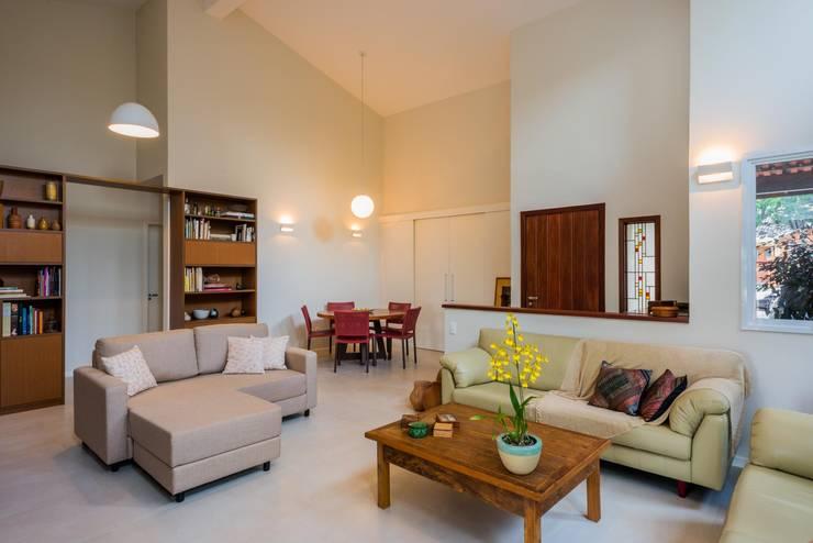 PROJETOS DE INTERIORES RESIDENCIAIS Salas de estar modernas por okna arquitetura Moderno Madeira Efeito de madeira