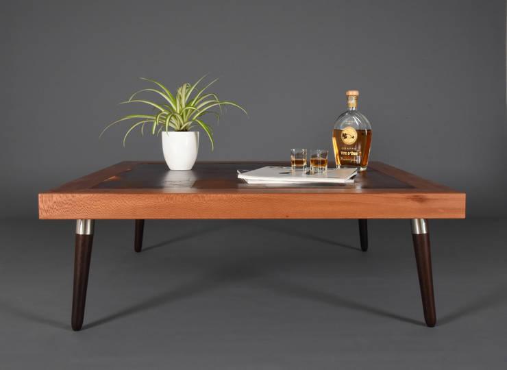 Tavolo da caffè / Tavolino moderno in pelle e legno fatto a mano / Tavolo basso / Tavolino da salotto in stile scandinavo mid century: Soggiorno in stile  di Ebanisteria Cavallaro