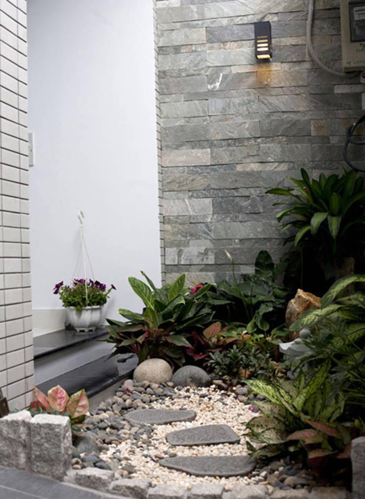 Giardino anteriore in stile  di Công ty TNHH Xây Dựng TM – DV Song Phát