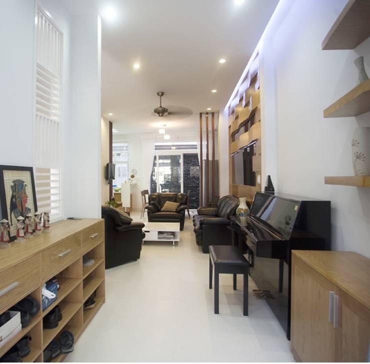 Ingresso & Corridoio in stile  di Công ty TNHH Xây Dựng TM – DV Song Phát