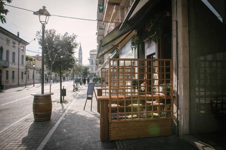 Veduta in prospettiva: Negozi & Locali Commerciali in stile  di Fab Arredamenti su Misura