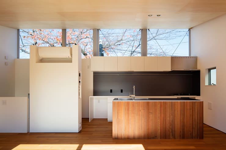 桜並木と暮らす家: 設計事務所アーキプレイスが手掛けたキッチンです。
