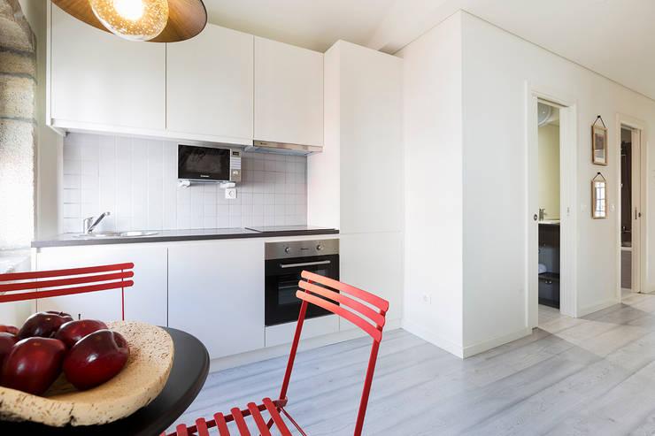 Kitchen by SHI Studio, Sheila Moura Azevedo Interior Design