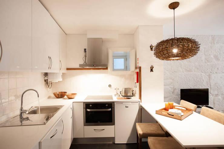 Apartamentos Rua de Trás - Alojamento turístico (7 apartamentos) - Centro do Porto: Cozinhas  por SHI Studio, Sheila Moura Azevedo Interior Design