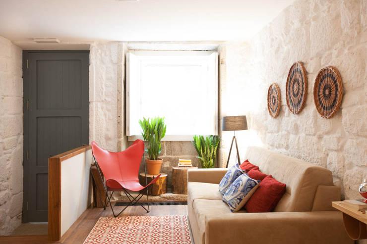 Apartamentos Rua de Trás - Alojamento turístico (7 apartamentos) - Centro do Porto: Salas de estar  por SHI Studio, Sheila Moura Azevedo Interior Design
