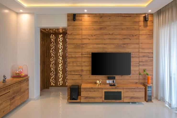 Mr Vinay:  Living room by GREEN HAT STUDIO PVT LTD