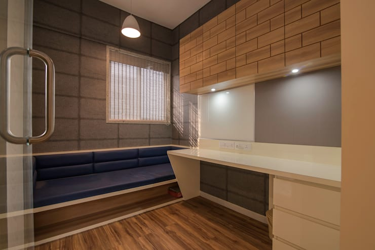 Mr Vinay:  Study/office by GREEN HAT STUDIO PVT LTD