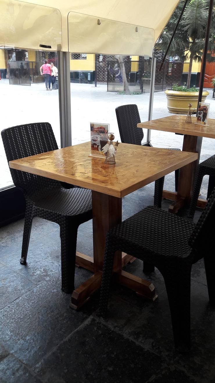 mesa de osb: Tiendas y espacios comerciales de estilo  por LAR-Diseño y construcción