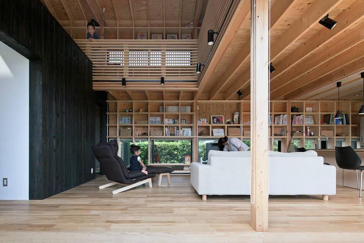 みなみきつきの家: 伊藤憲吾建築設計事務所が手掛けたリビングです。