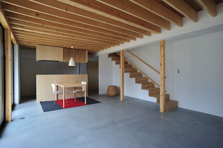 House-Sa: 伊藤憲吾建築設計事務所が手掛けたリビングです。