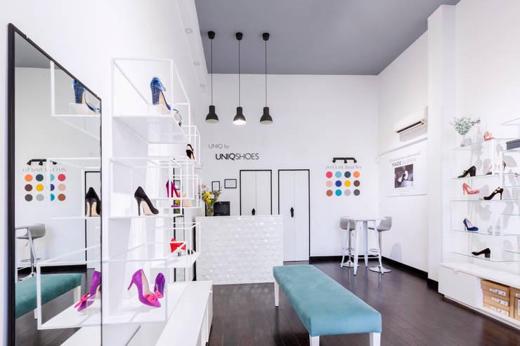 Tienda de zapatos en Madrid: Espacios comerciales de estilo  de Dimeic