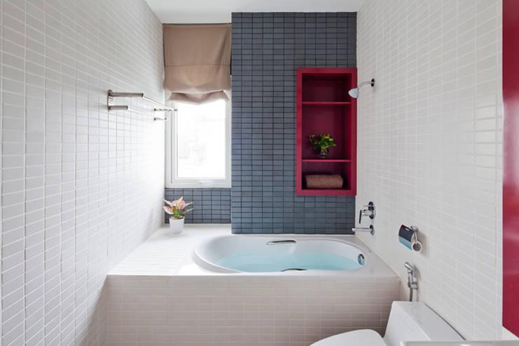 Ngắm Diện Mạo Ngôi Nhà Phố 32m2 Tuyệt Đẹp Trong Hẻm Nhỏ Sài Gòn:  Phòng tắm by Công ty TNHH Xây Dựng TM – DV Song Phát