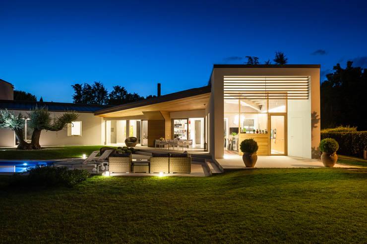 Stile moderno per una villa in legno di woodbau srl homify for Casa moderna tecnologica