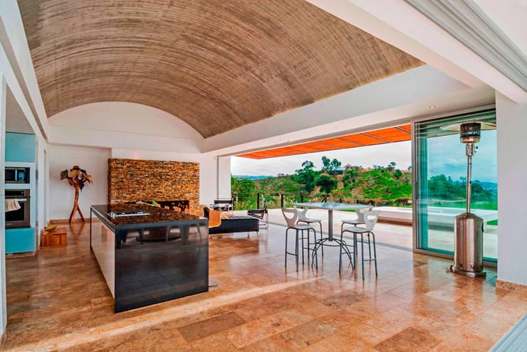 CASA RECREO - EL PEÑOL ANTIOQUIA-: Cocinas de estilo moderno por FR ARQUITECTURA S.A.S.
