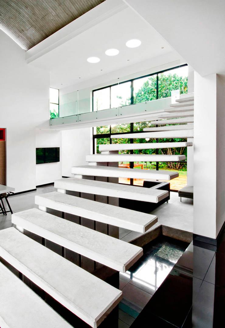 CASA – EL RETIRO ANTIOQUIA -: Escaleras de estilo  por FR ARQUITECTURA S.A.S.