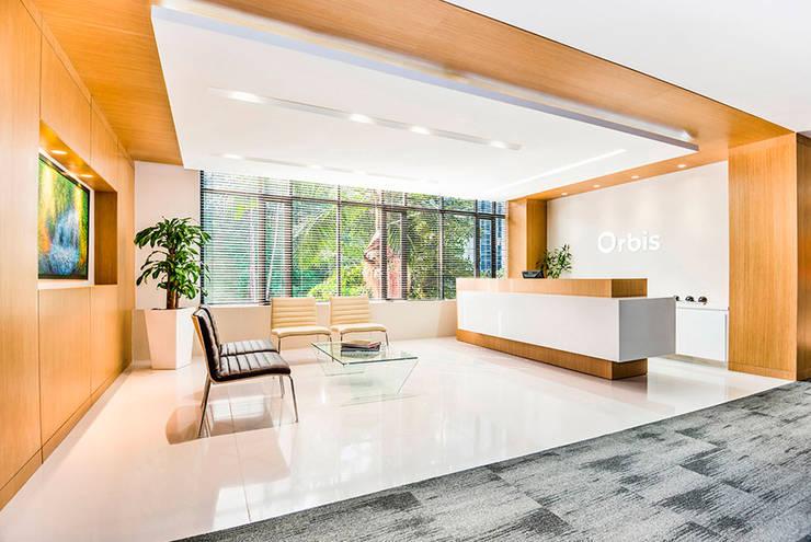 Sala de Recepción: Estudios y despachos de estilo  por FR ARQUITECTURA S.A.S.
