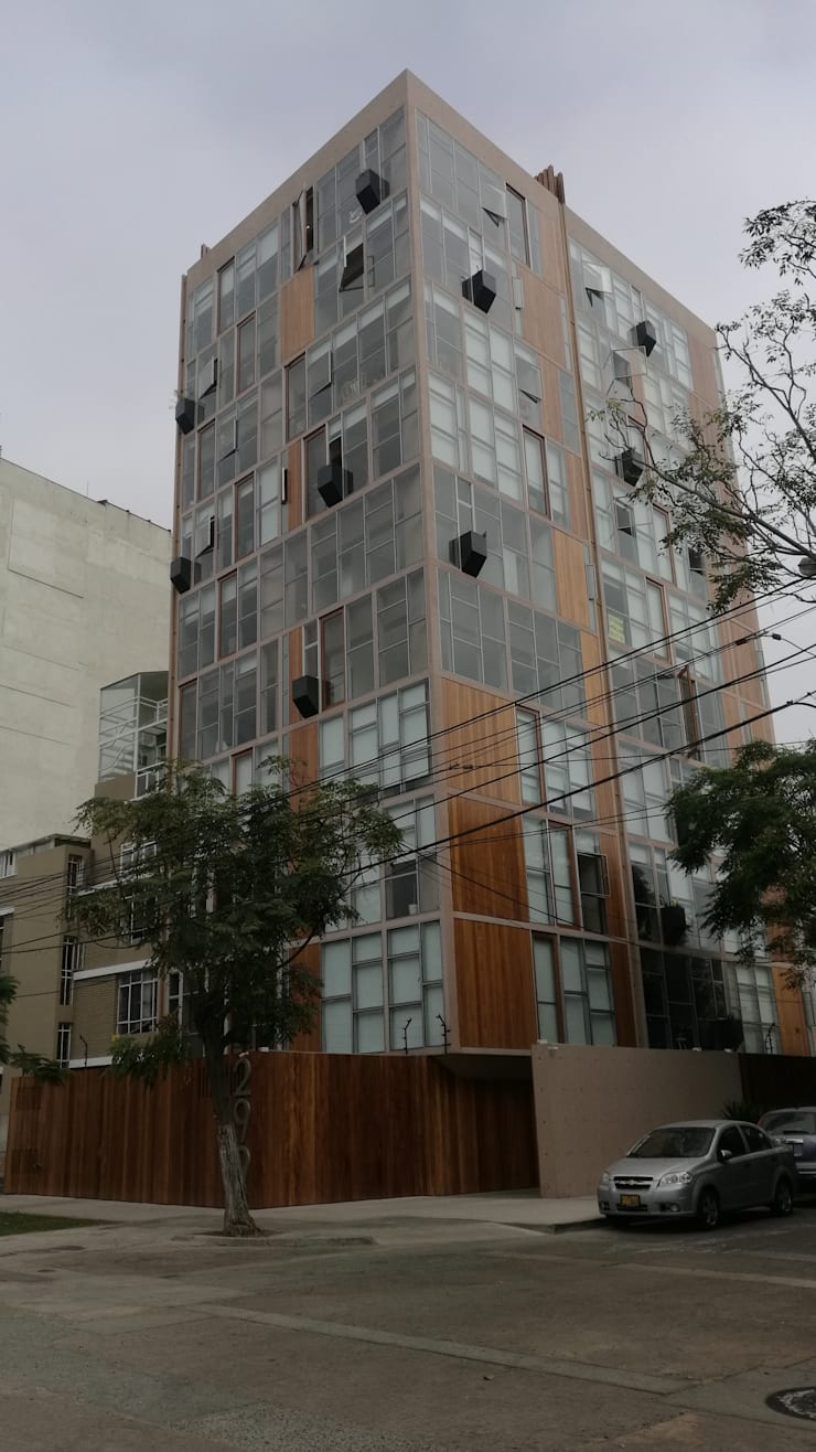 REVESTIMIENTO DE FACHADA EN MADERA: Balcones, porches y terrazas de estilo  por ROAN arquitectura & madera,