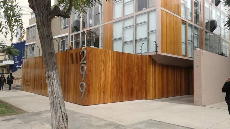 REVESTIMIENTO: Garajes y galpones de estilo  por ROAN arquitectura & madera