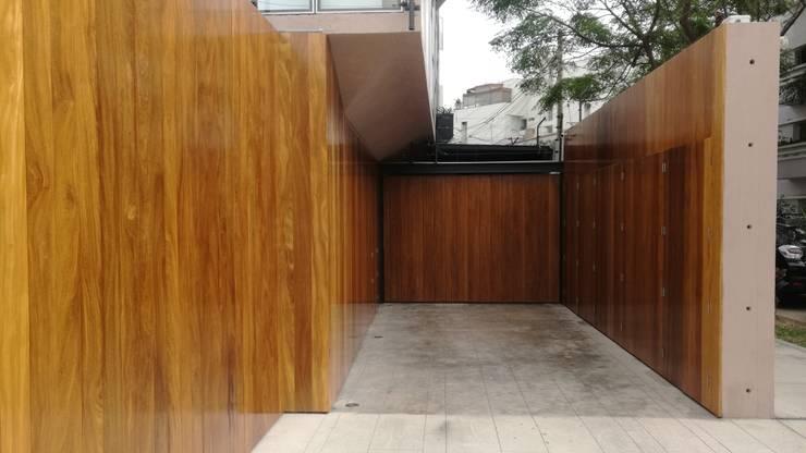 INGRESO VEHICULAR: Garajes y galpones de estilo  por ROAN arquitectura & madera,