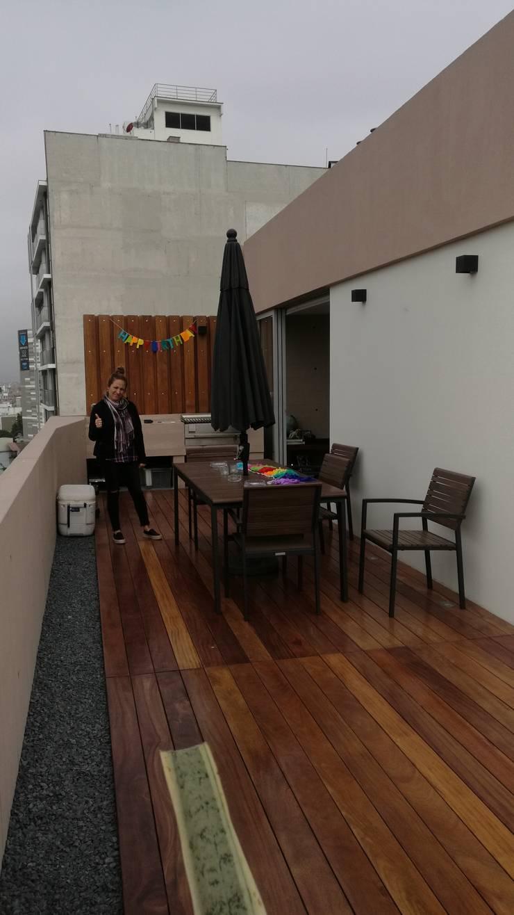 DECK DE MADERA : Balcones, porches y terrazas de estilo  por ROAN arquitectura & madera,