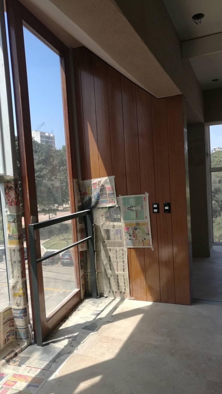PUERTAS DE BALCONES: Puertas y ventanas de estilo  por ROAN arquitectura & madera