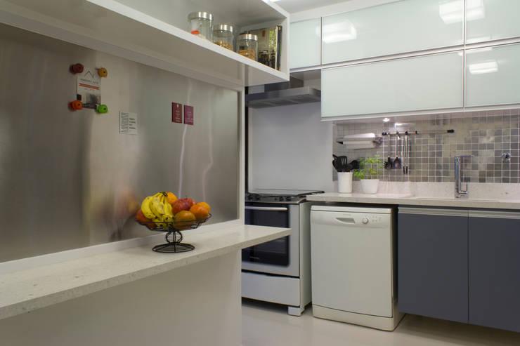 Cozinha em tons de cinza: Cozinhas  por Semíramis Alice Arquitetura & Design