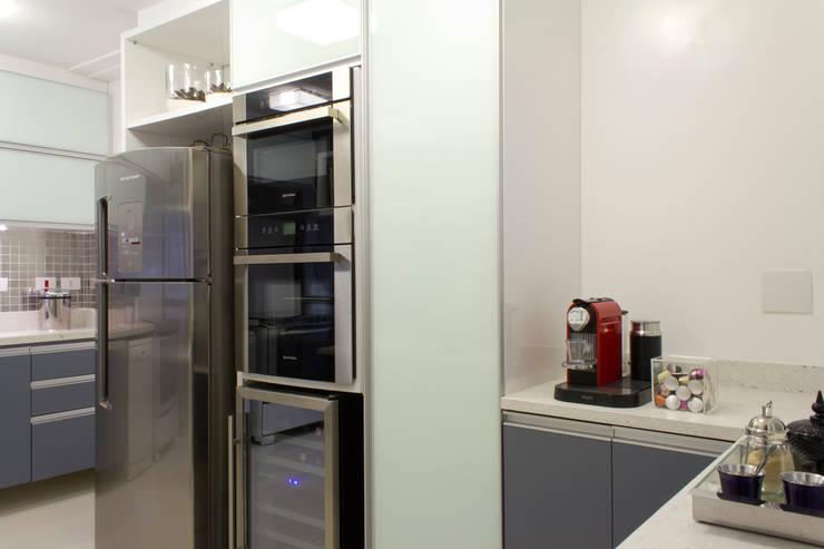 Cozinha em tons de cinza: Armários e bancadas de cozinha  por Semíramis Alice Arquitetura & Design