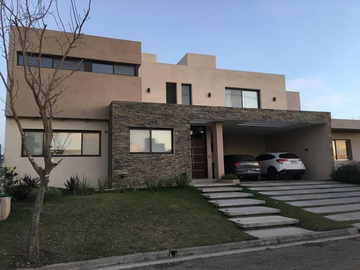 VIVIENDA EG: Casas unifamiliares de estilo  por BVS+GN ARQUITECTURA,Moderno Piedra