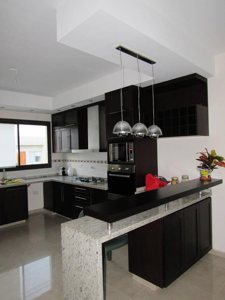 VIVIENDA EG: Muebles de cocinas de estilo  por BVS+GN ARQUITECTURA,Moderno