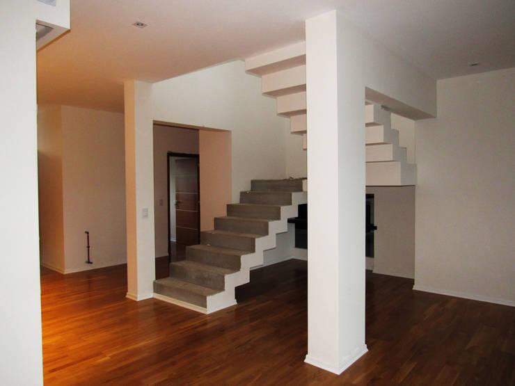 VIVIENDA EG: Escaleras de estilo  por BVS+GN ARQUITECTURA,Moderno