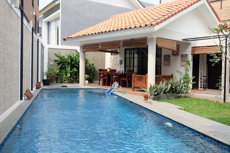 RUMAH EMERALD VIEW:  Pool by FIANO INTERIOR