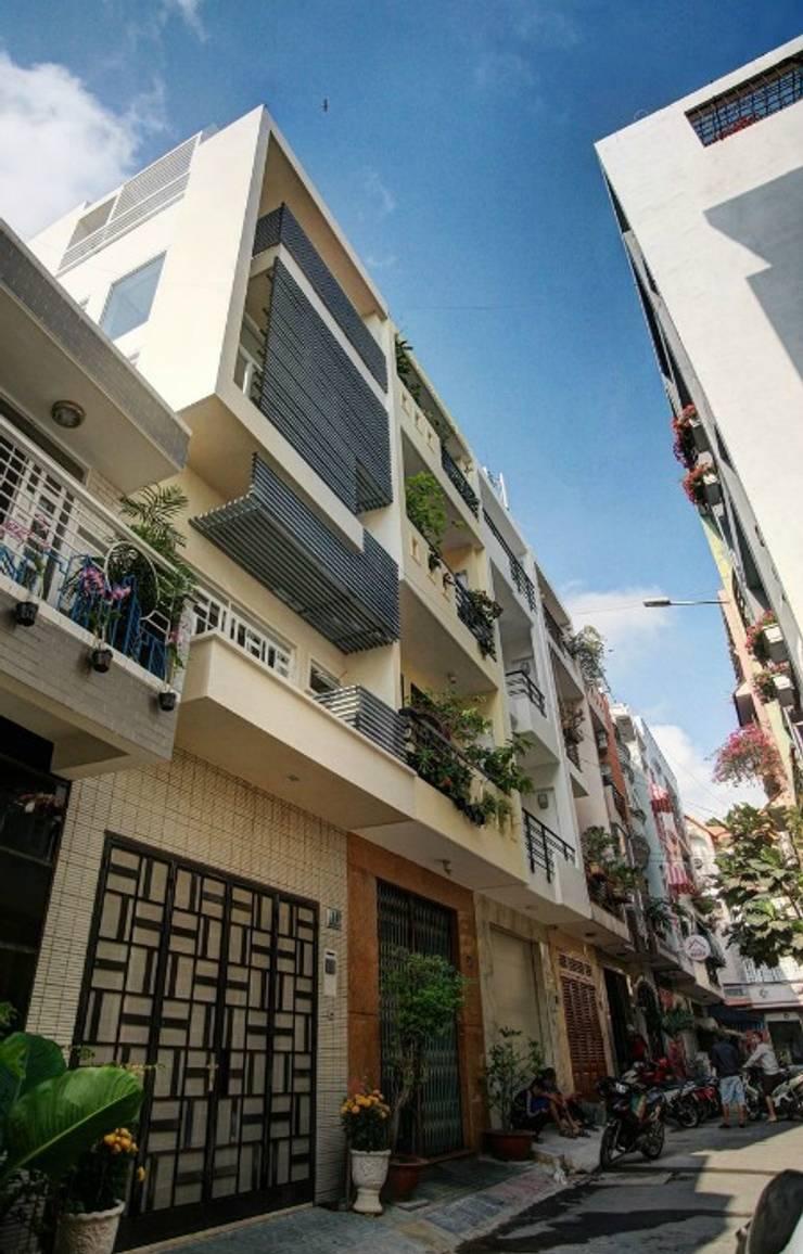 Chỉ với 4m mặt tiền nhưng căn nhà vẫn đáp ứng đầy đủ công năng sử dụng.:  Nhà gia đình by Công ty TNHH Thiết Kế Xây Dựng Song Phát