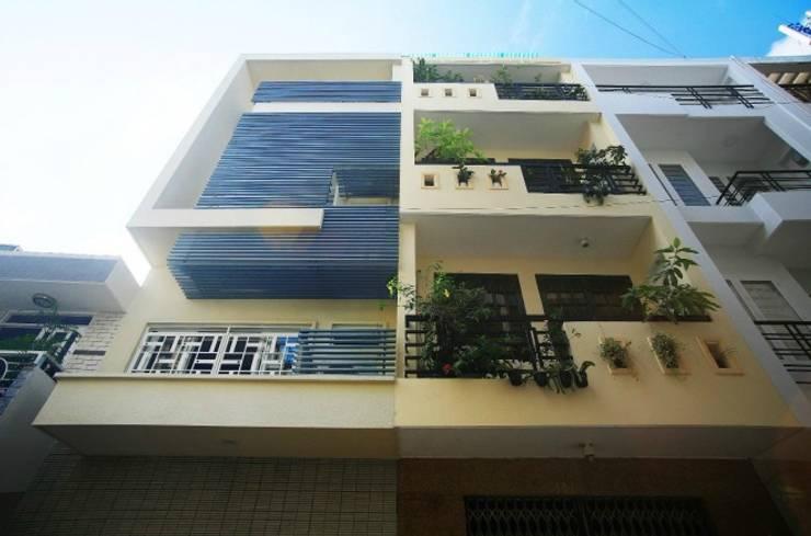 Mặt tiền ngôi nhà 3 tầng thiết kế hiện đại.:  Nhà gia đình by Công ty TNHH Thiết Kế Xây Dựng Song Phát