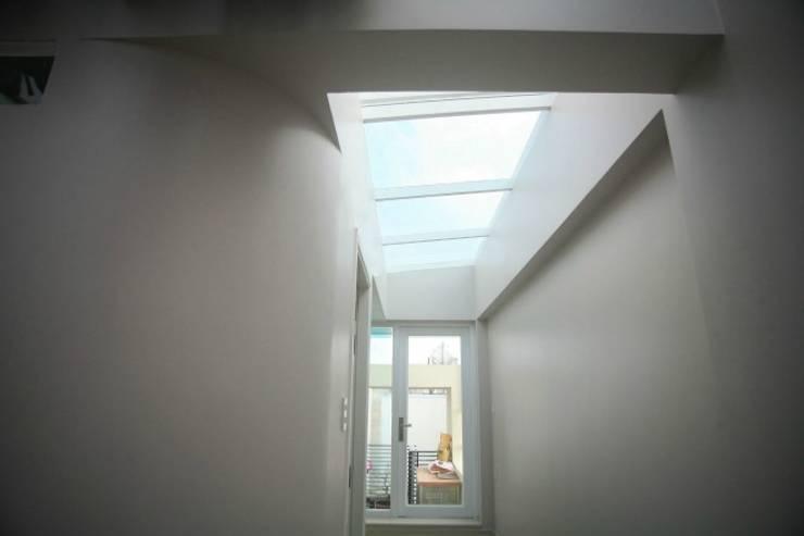 Khoảng thông tầng giúp điều chỉnh ánh sáng bên trong ngôi nhà.:  Sân thượng by Công ty TNHH Thiết Kế Xây Dựng Song Phát