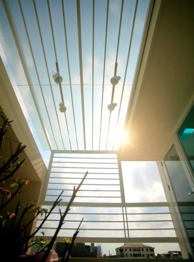KTS đã sử dụng ô thoáng, mành cửa và giếng trời để sự thông thoáng.:  Hiên, sân thượng by Công ty TNHH Thiết Kế Xây Dựng Song Phát