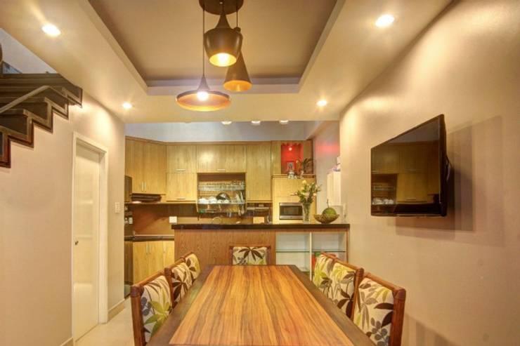 Khu bếp được bố trí chủ yếu bằng nội thất gỗ và ánh sáng đèn màu vàng.:  Phòng ăn by Công ty TNHH Thiết Kế Xây Dựng Song Phát