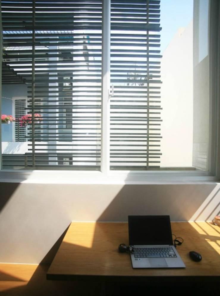 Sử dụng cửa mành như giải pháp tránh bức xạ nhiệt vào những hôm nắng gắt.:  Cửa chớp by Công ty TNHH Thiết Kế Xây Dựng Song Phát