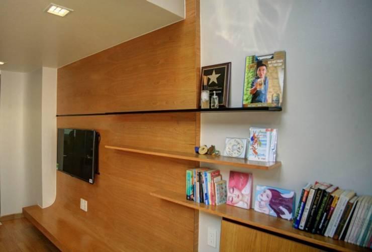 Giá sách được thiết kế cách điệu.:  Phòng ngủ by Công ty TNHH Thiết Kế Xây Dựng Song Phát