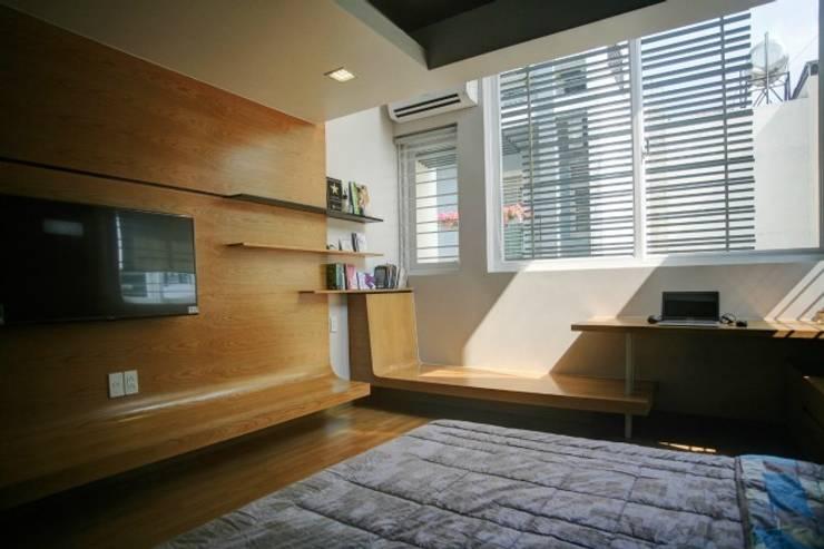 Không gian phòng ngủ riêng tư nhưng vẫn đảm bảo ánh sáng được điều chỉnh phù hợp.:  Phòng ngủ by Công ty TNHH Thiết Kế Xây Dựng Song Phát