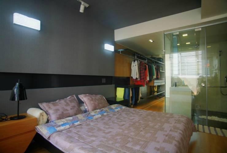 Phòng vệ sinh và phòng thay đồ được bố trí chung mang đến sự thoải mái cho gia chủ.:  Phòng ngủ by Công ty TNHH Thiết Kế Xây Dựng Song Phát