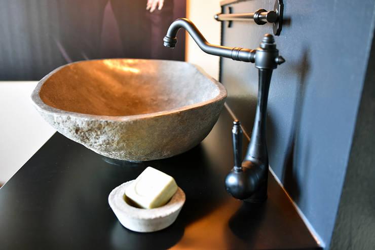 Trendiges Badezimmer:  Geschäftsräume & Stores von Pomp & Friends - Interior Designer