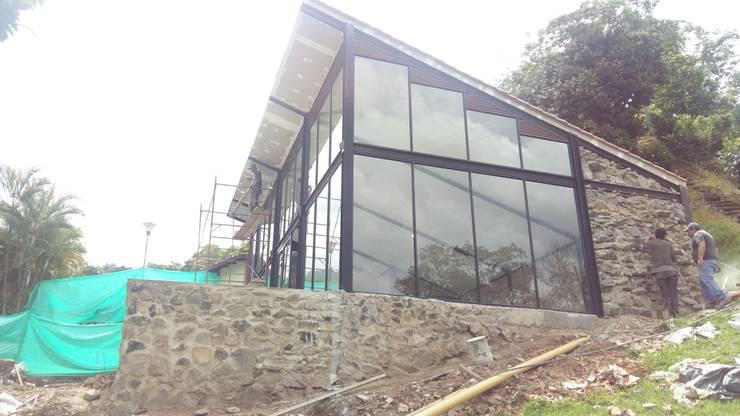 SALON DE JUEGOS PRIVADO:  Houses by BTM INVERSIONES SAS