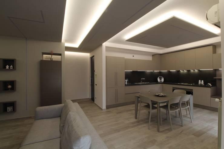Poche modifiche, grandi cambiamenti!: Ingresso & Corridoio in stile  di Studio di Progettazione e Design 'ARCHITÈ'