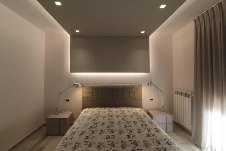 Poche modifiche, grandi cambiamenti!: Camera da letto in stile  di Studio di Progettazione e Design 'ARCHITÈ'