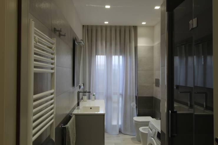Poche modifiche, grandi cambiamenti!: Bagno in stile  di Studio di Progettazione e Design 'ARCHITÈ'
