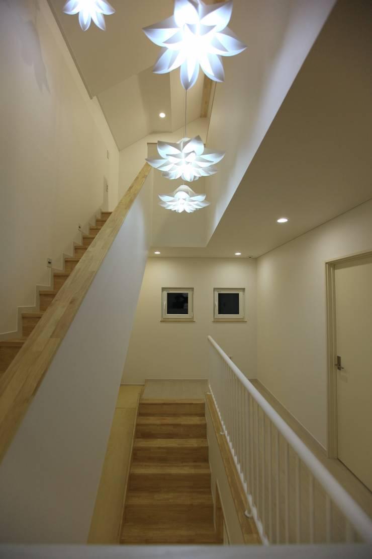 김해시 중목구조 주택: 블루하우스 코리아의  계단,모던