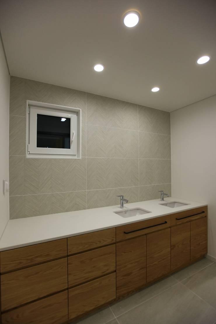 김해시 중목구조 주택: 블루하우스 코리아의  욕실,모던