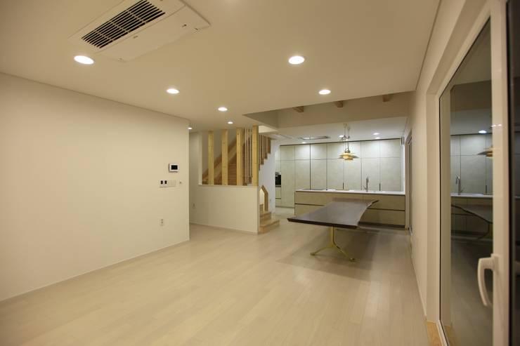 김해시 중목구조 주택: 블루하우스 코리아의  거실,모던